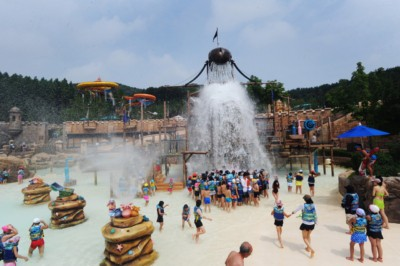 Watching people getting soaked by dropping water in the adventure pool at Caribbean Bay in Yongin