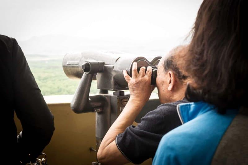 DMZ 투어중 도라산역에서 망원경을 통해 북한을 바라보는 남자