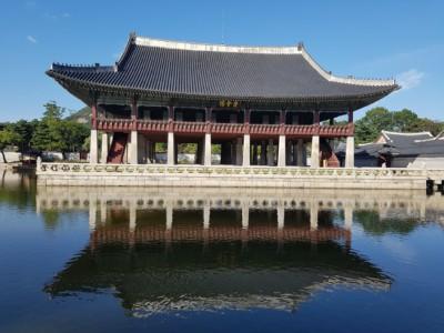 경회루(京會樓)는 경복궁 서쪽에 있는 큰 연못에 있는 놀랍고 큰 건축물 입니다.