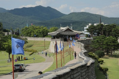 Walking along the wall on our Hwaseong Fortress tour in Suwon