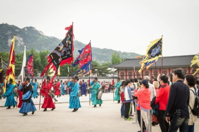 Changing of the guards ceremony taking place outside Gyeongbokgung Palace