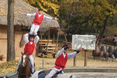 용인 민속촌에서 말을 타고 곡예를하는 세명의 곡예사들