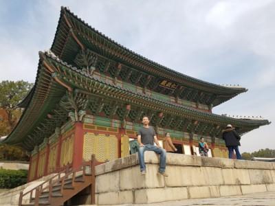 창덕궁 왕이 옥좌가 있던 곳인 인정전의 놀라운 외부 건축양식을 관찰해 보세요.