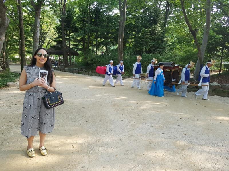 용인 한국 민속촌에서 전통 왕실의 교통 수단 관람