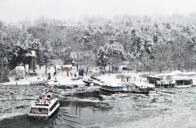 눈이 뒤덮인 한강의 남이섬 선착장