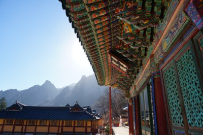 Looking at Sinheungsa temple with its beautiful colors standing out in the middle of Seorak Mountain
