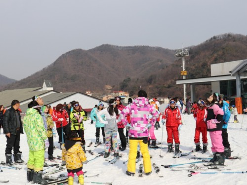 Tour group taking a ski lesson at Jisan resort in Korea