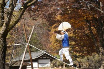 한국 민속촌에서 재밌는 공연을하는 외줄타기 공연자