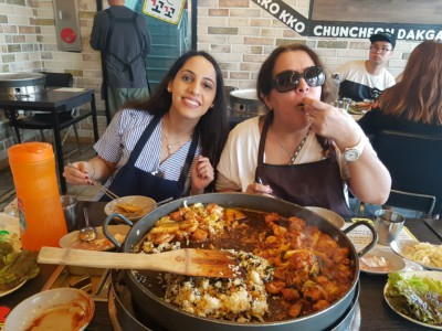 2 people having a delicious Chuncheon dak-galbi lunch on one of our Nami Island tours